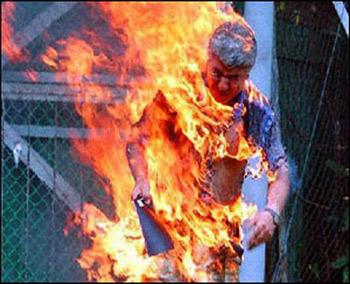 شاب فلسطيني يحرق نفسه احتجاجا على سوء الأوضاع في غزة