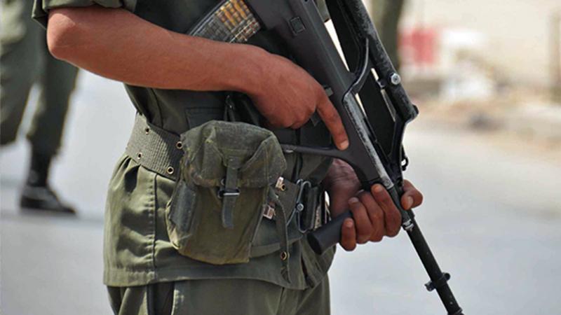 عسكري مكلف بحماية مقر هيئة الإنتخابات يطلق خرطوشتين في الهواء