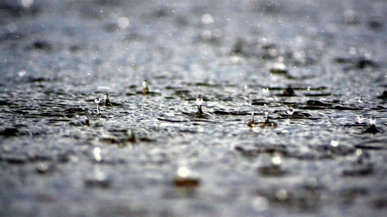 انقطاع بعض الطرقات في عدد من الولايات بسبب تهاطل الأمطار