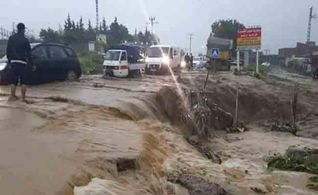 السيول تجرف حافلة مدرسية بالأردن… وتُخلف 20 قتيلا