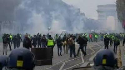 فرنسا: إطلاق الغاز المسيل للدموع لتفريق المحتجين
