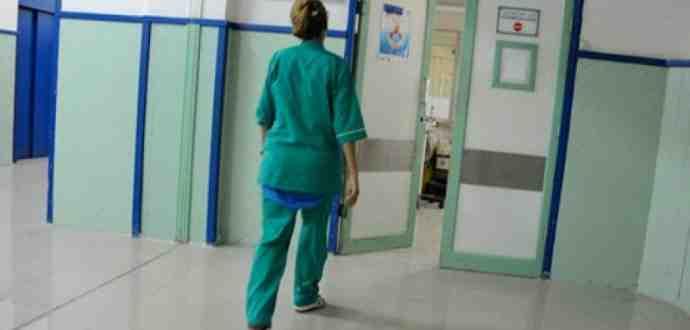 منع ارتداء الملابس الطبيّة خارج المؤسسات الصحية