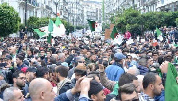 الجزائر: الحزب الحاكم والجيش يدعمان الشعب