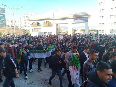"""احتجاجات في الجزائر والشرطة تتدخل بـ""""الغاز والمياه"""""""