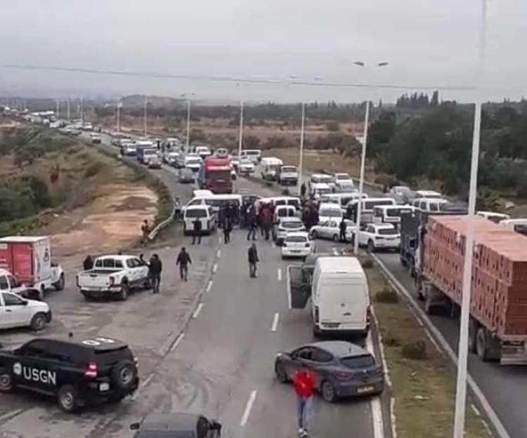 انقطاع حركة المرور بعدد من الطرقات بسبب الاحتجاجات