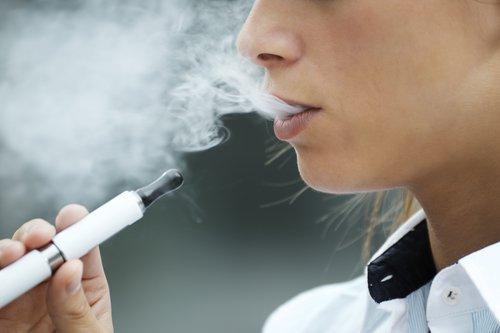 """دراسة :""""السجائر الالكترونية تحتوى على البكتيريا و الفطريات """""""