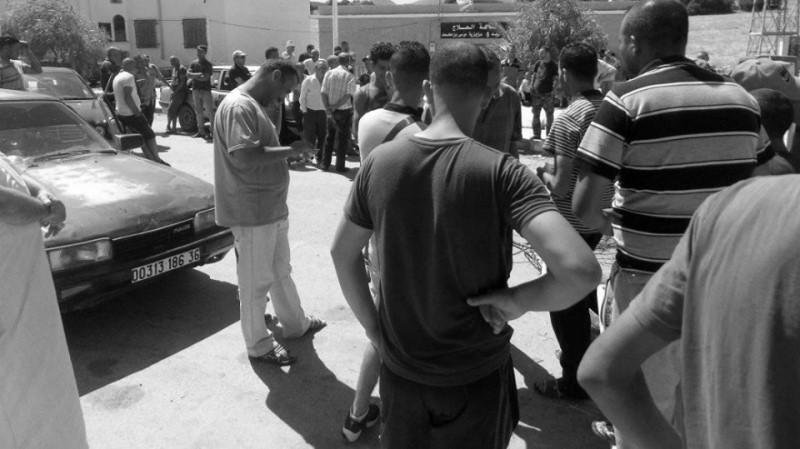 محتجون يغلقون الطريق الدولي بين الجزائر وتونس
