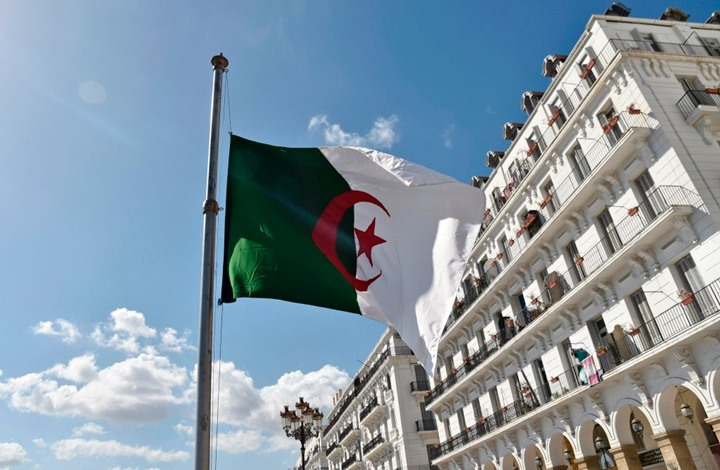الجزائر: إنهاء مهام 5 قادة عسكريين كبار