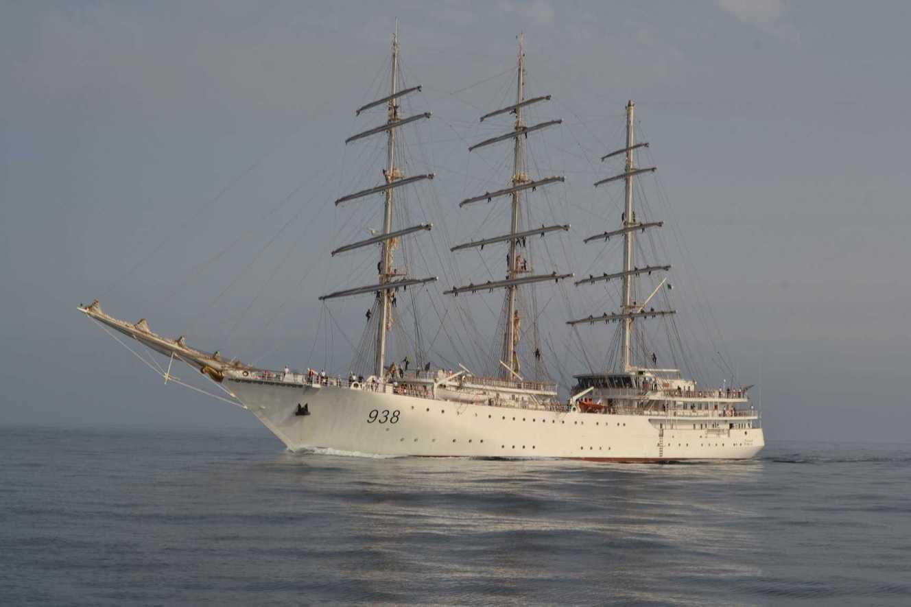 سفينة شراعية عسكرية جزائرية ترسو بميناء حلق الوادي