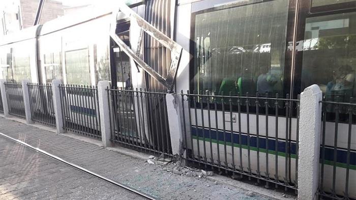 محطّة باردو: خروج عربة مترو عن السكّة