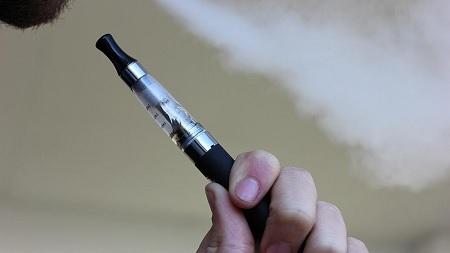 الهند تمنع السجائر الإلكترونية