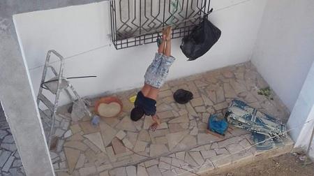 طفل مُقيّد القدمين بفناء منزل: وزارة المرأة تتدخل