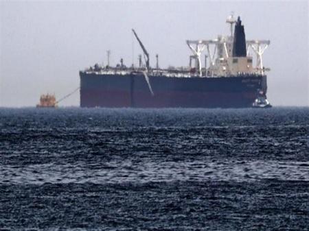 انفجار في ناقلة إيرانية.. وتسرب نفطي في البحر الأحمر