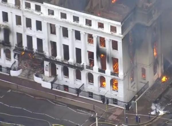 النار تلتهم فندقا في بريطانيا عمره 165 عاما