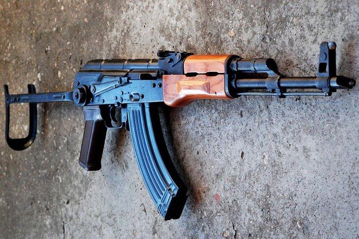 حجز سلاحي كلاشينكوف وبندقية صيد وذخيرة في سيارة ليبية