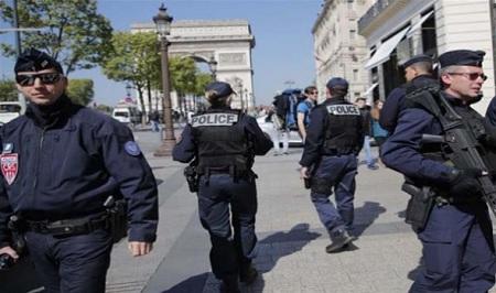 الشرطة الفرنسية تقتل رجلا بعد محاولة طعن