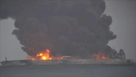 حريق في سفينة قبالة ساحل دبي