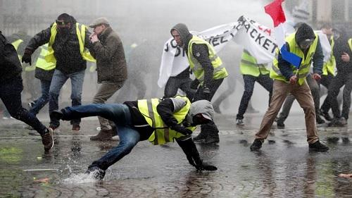 """الشرطة الفرنسية تفرّق """"السترات الصفراء"""" بالغاز"""
