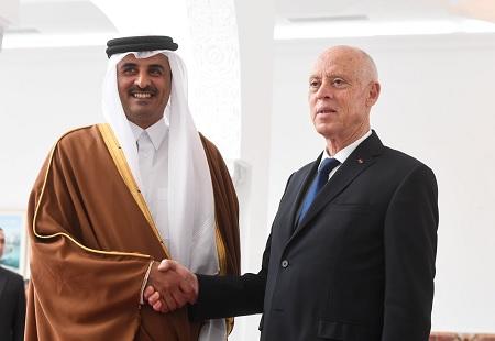 قيس سعيّد يستقبل أمير قطر بمطار قرطاج