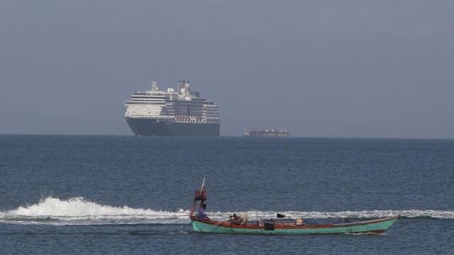 """سفينة سياحية رفضت 5 دول استقبالها بسبب """"كورونا"""""""