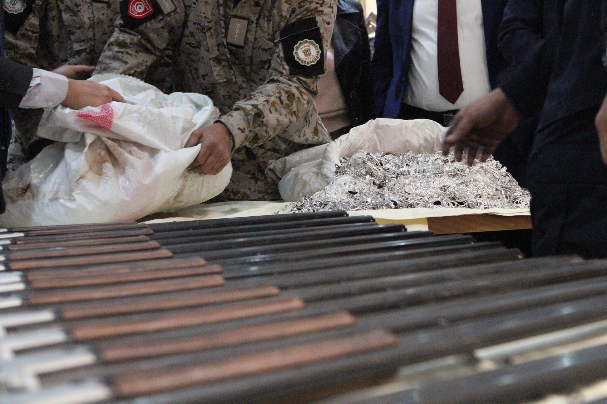 إحباط عملية تهريب 149 بندقية صيد و 110 كلغ من الفضة (صور)