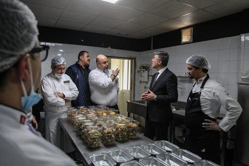"""طهاة محترفين يؤمنون الوجبات الغذائية للاطباء في الحرب ضد """"كورونا"""""""