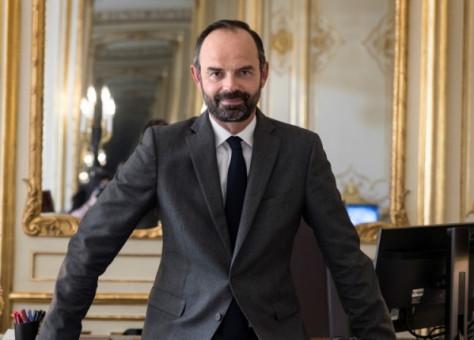 رئيس الوزراء الفرنسي يعد بمكافأة 1500 يورو لموظفي الرعاية الصحية