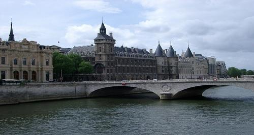 بلدية باريس: ظهور آثار لكورونا في الأنهار والمستنقعات