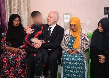 قيس سعيّد يؤدي زيارة لعائلة شهيد الثورة طارق الدزيري
