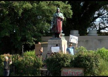 أمريكا:الإطاحة بتمثال كريستوفر كولومبوس و رميه في بحيرة