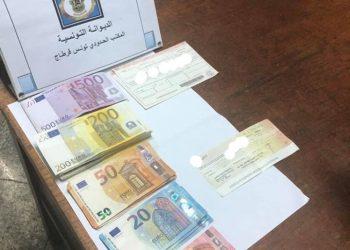 مطار قرطاج: حجز عملة أجنبية وكمبيالات بقيمة 500 ألف دينار