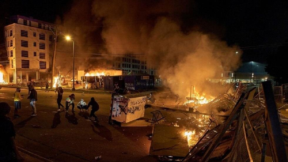 صدامات أمام البيت الأبيض وحظر تجول في مدن كبرى