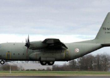 تُقلّ 29 تونسيّا وجُثْمانين إثنين: وصول طائرة عسكريّة قادمة من الغابون وغينيا إلى تونس