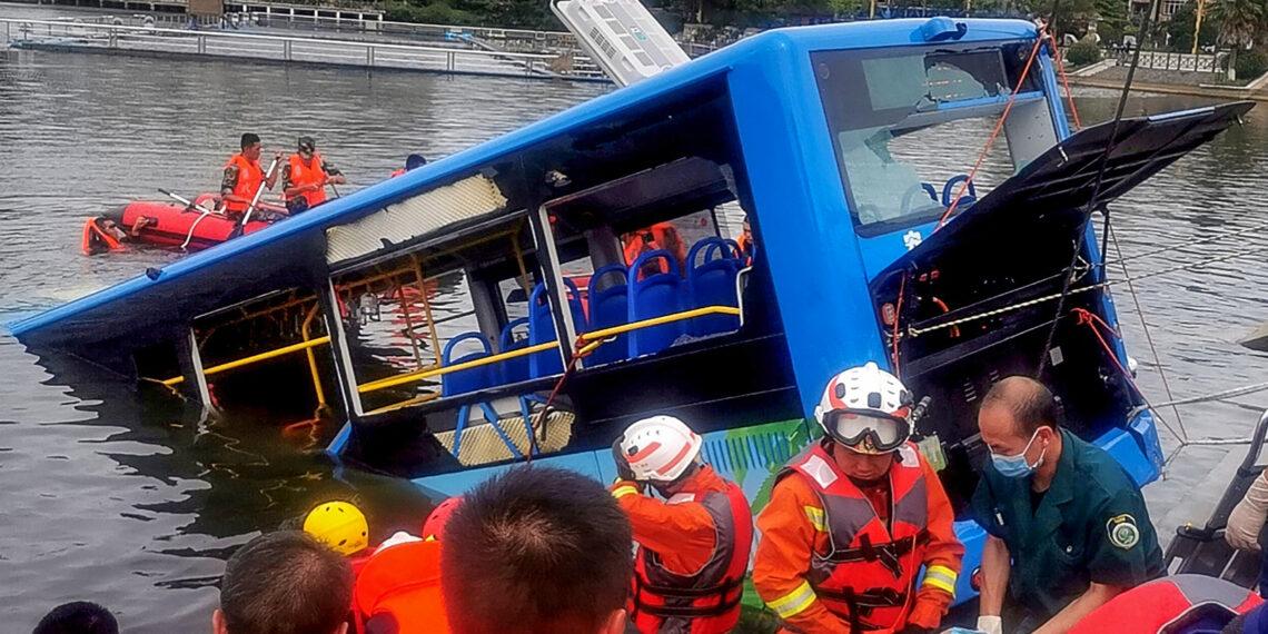 مقتل 21 شخصا على الأقل إثر سقوط حافلة في بحيرة غربي الصين