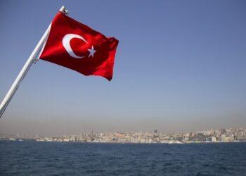 تركيا تقلص خطط إعادة فتح المدارس في ظل ارتفاع إصابات كورونا