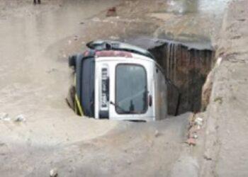 سقوط سيارة مواطن بحفرة كبيرة ..وزارة التجهيز تتكفّل بإصلاحها