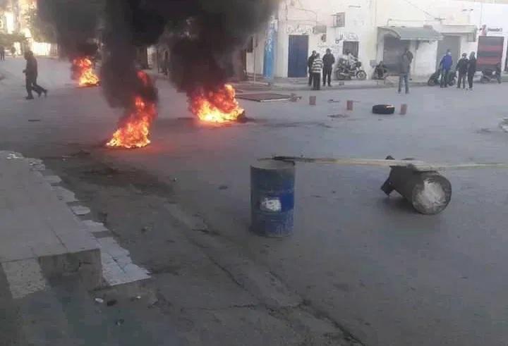 وفاة شخص تحت الأنقاض… احتجاجات في سبيطلة… والجيش يتدخل لحماية المنشات الحيوية