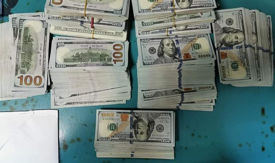 مطار تونس قرطاج: حجز مبالغ من العملة الأجنبية بقيمة 484 ألف دينار