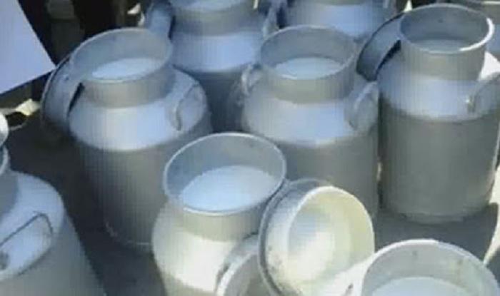 إيقاف تجميع الحليب ثلاثة أيّام والتلويح بإضراب مفتوح