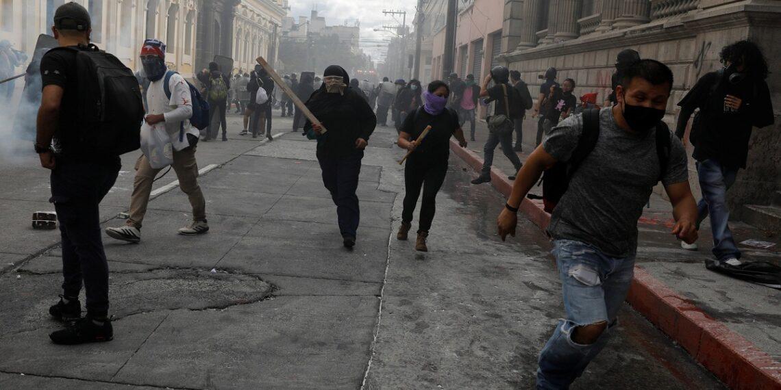 غواتيمالا: احتجاج الآلاف ضد الرئيس وإضرام النار في مبنى الكونغرس
