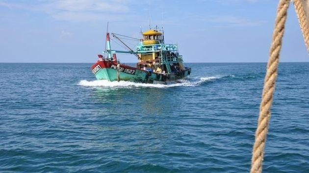 قرقنة: ايقاف ربان مركب صيد مصري بحالة صيد غير مشروعة