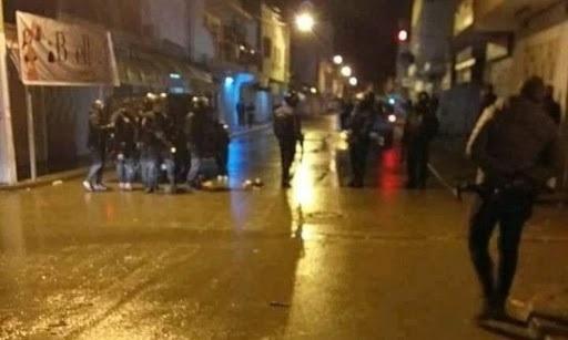 """القصرين: عمليات كرّ وفرّ بين محتجين والوحدات الأمنية في """"حي النور"""""""