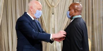 بمناسبة انتهاء مهامه: رئيس الدولة يقلد سفير الكامرون الصنف الأول من وسام الجمهورية