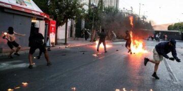 هجوم بقنابل نارية على مركز شرطة شرقي أثينا
