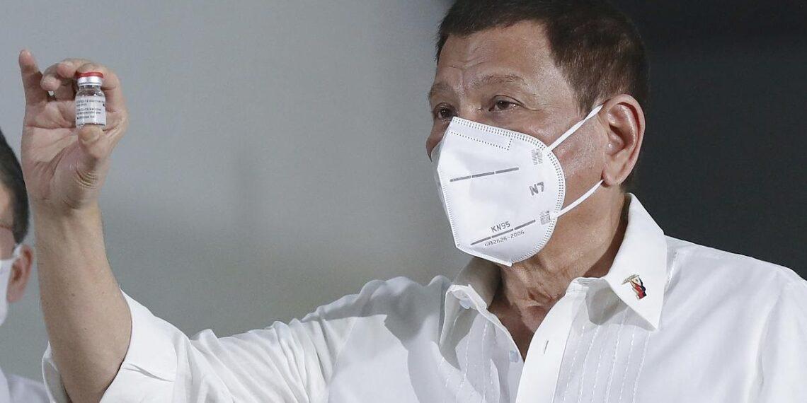 الرئيس الفلبيني متوعدا الرافضين للتطعيم: سأعطيكم لقاح الخنازير