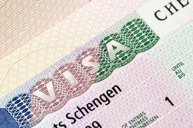توقف منح التأشيرات للتونسيين: الوزير الأول الفرنسي يُوضح