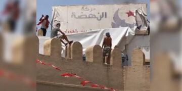 القيروان : حرق لافتة مقر النهضة