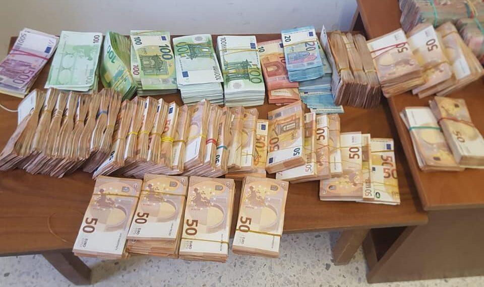 ايقاف قاضية بحوزتها 1,5 مليون دينار