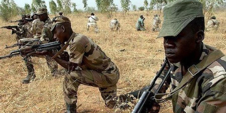 مقتل 12 شخصا في هجوم مسلح على قاعدة عسكرية بنيجيريا