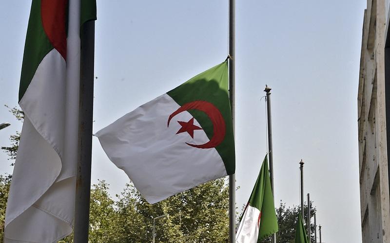 الرئيس الجزائري يعلن تنكيس العلم 3 أيام حدادًا على بوتفليقة